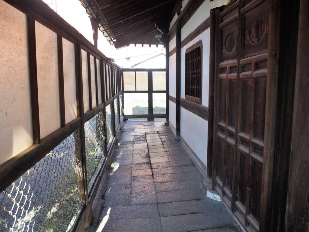 お堂の裏側