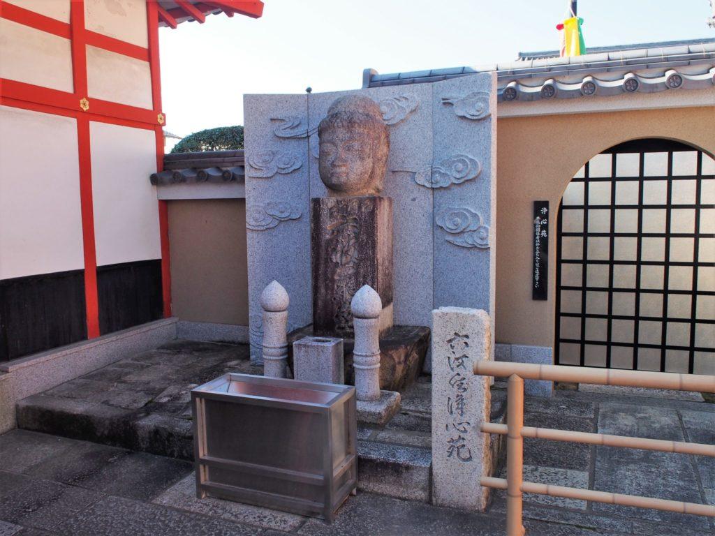 首から上だけの仏像