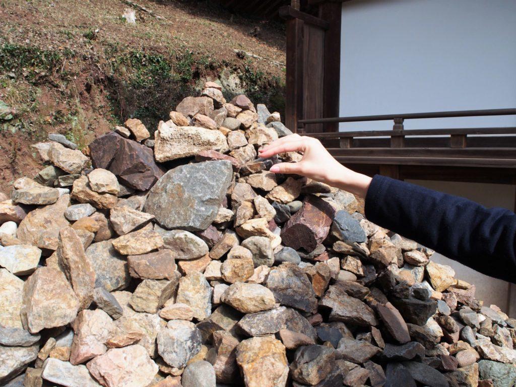 願掛け岩に願掛け中