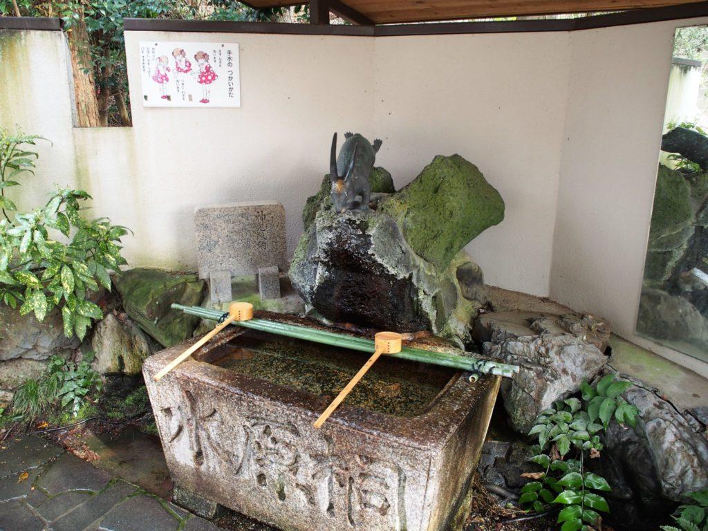 宇治神社のうさぎの手水舎