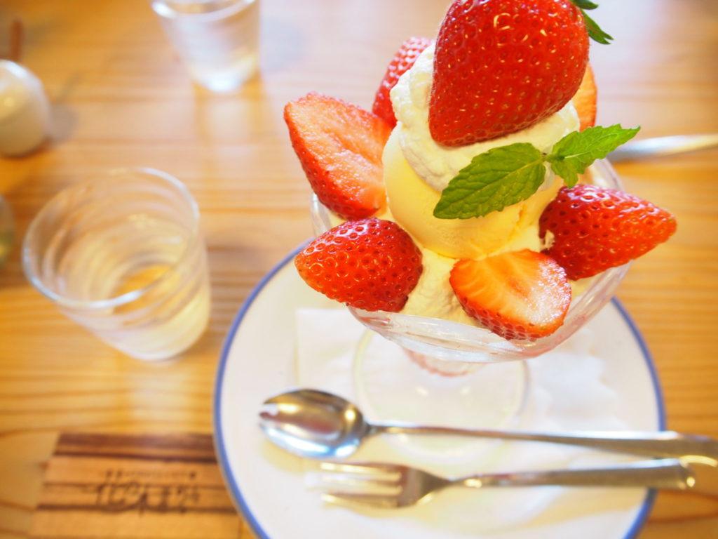 フルーツカフェ「花の木」のイチゴパフェ