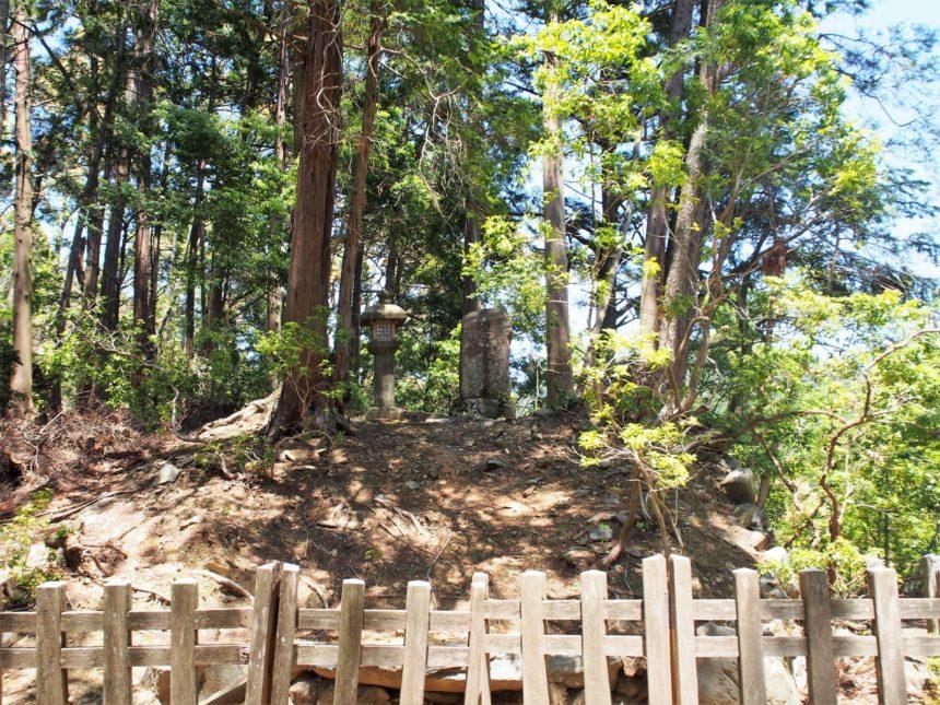 小高く盛り土をされた和気清麻呂公のお墓