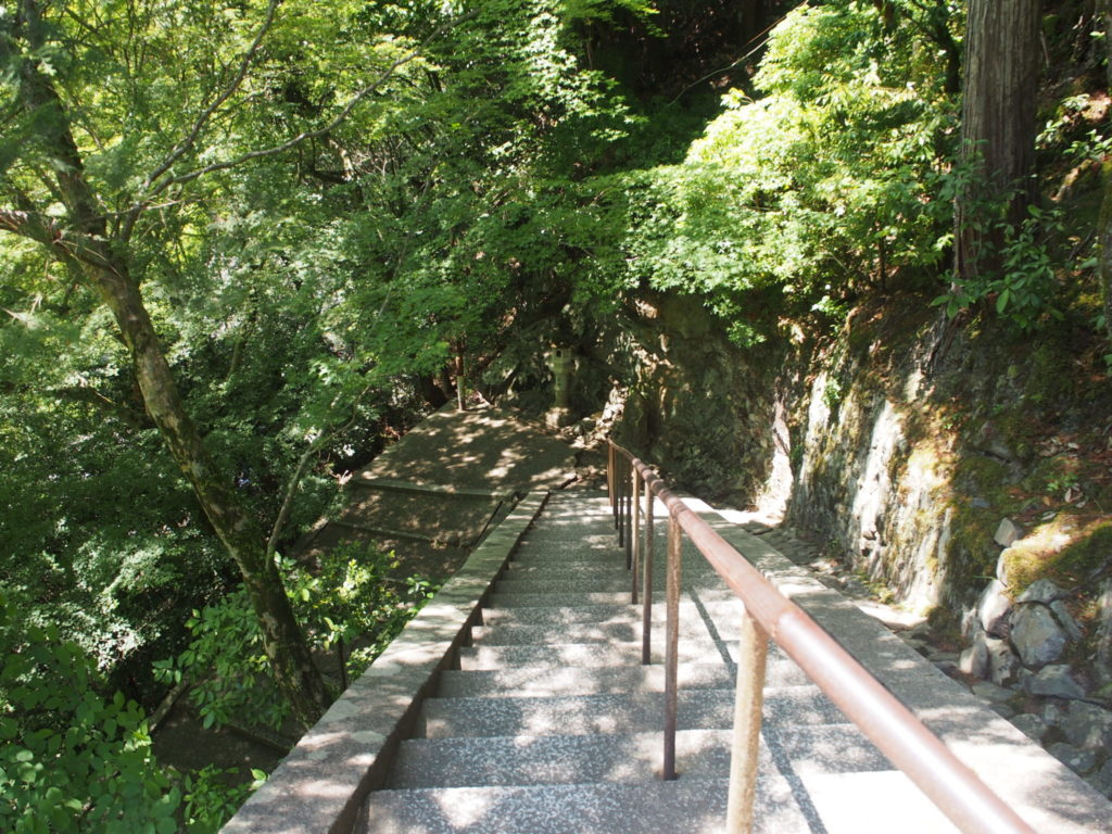 表門手前の急な階段