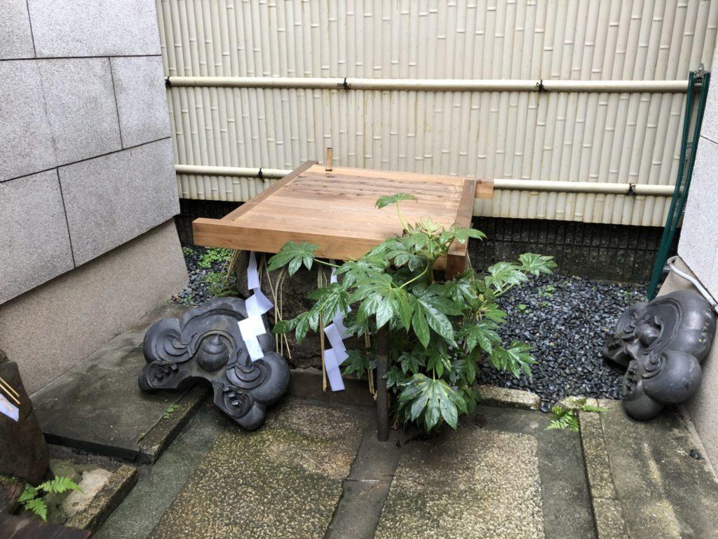 腰掛け石の側の井戸