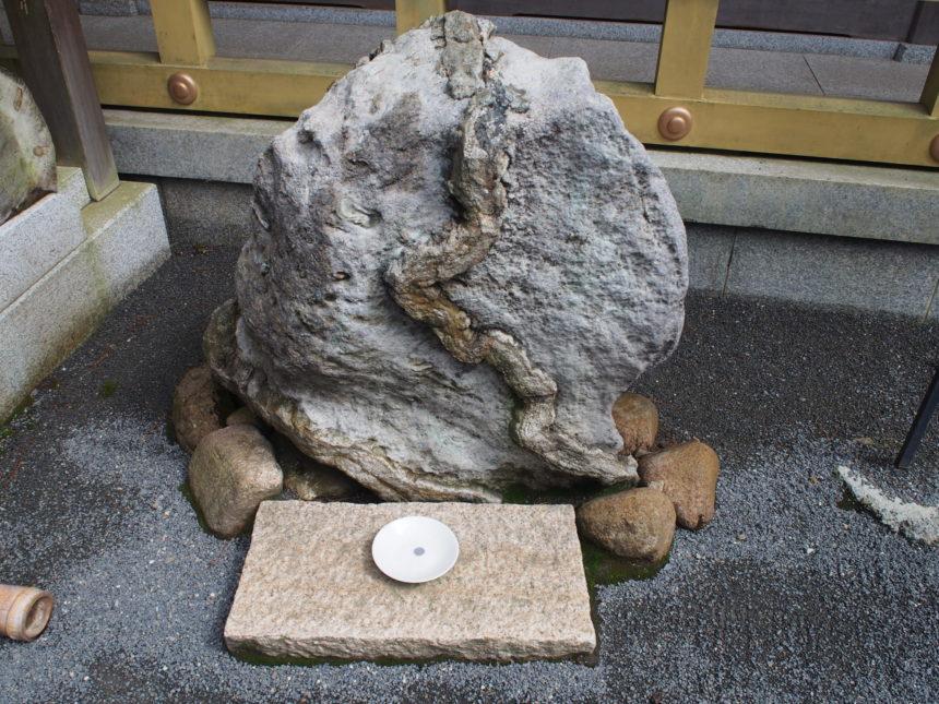 神の使いが宿る蛇石