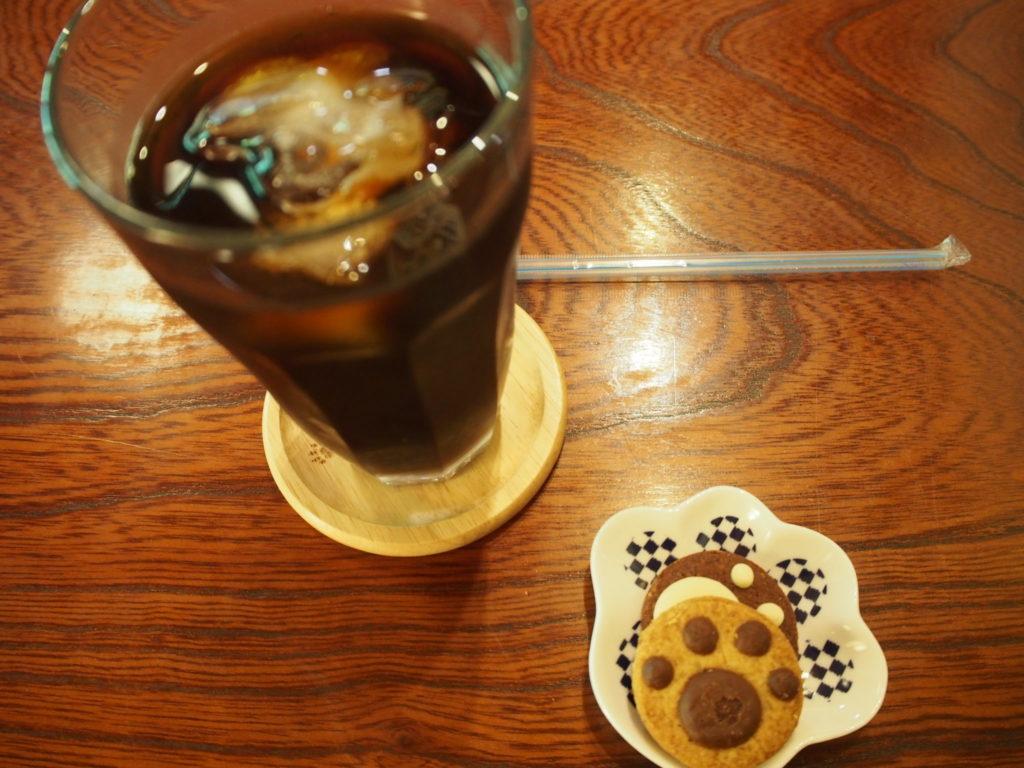 猫猫寺のアイスコーヒーとクッキー