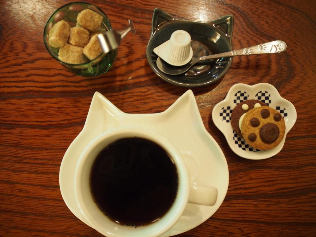猫猫寺のホットコーヒーとクッキー