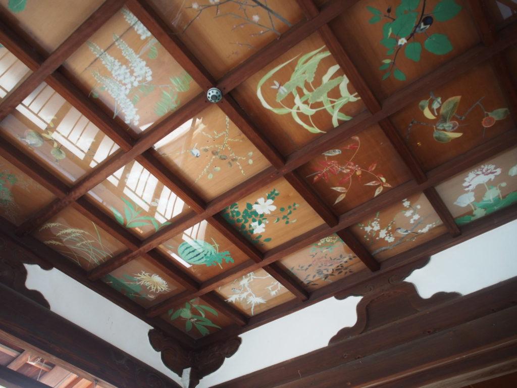 拝殿の上を見上げるとそこには天井画
