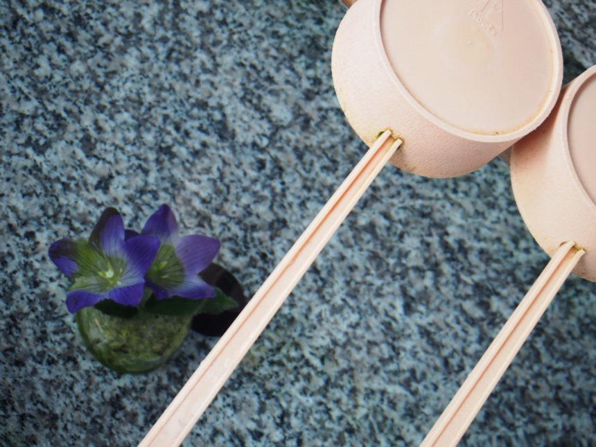 手水舎の底を覗くと桔梗の花