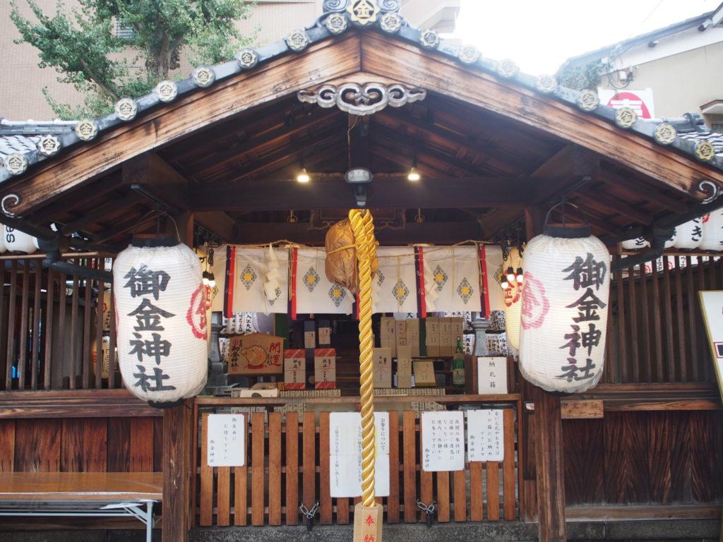 御金神社の本殿はお金ずくし