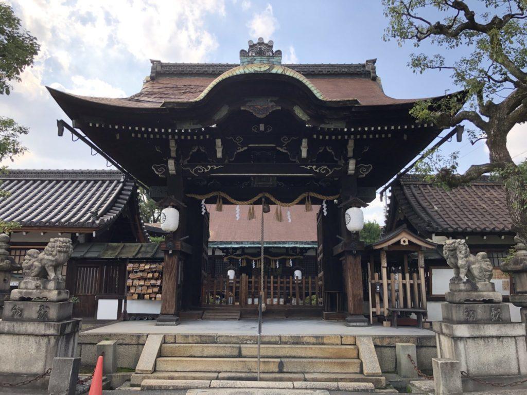 六孫王神社の拝殿とご本殿