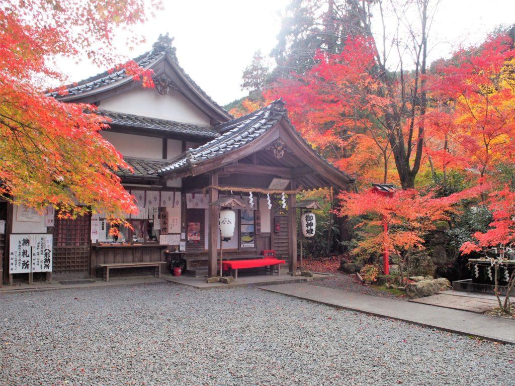 鍬山神社の授与所で御朱印をいただきます