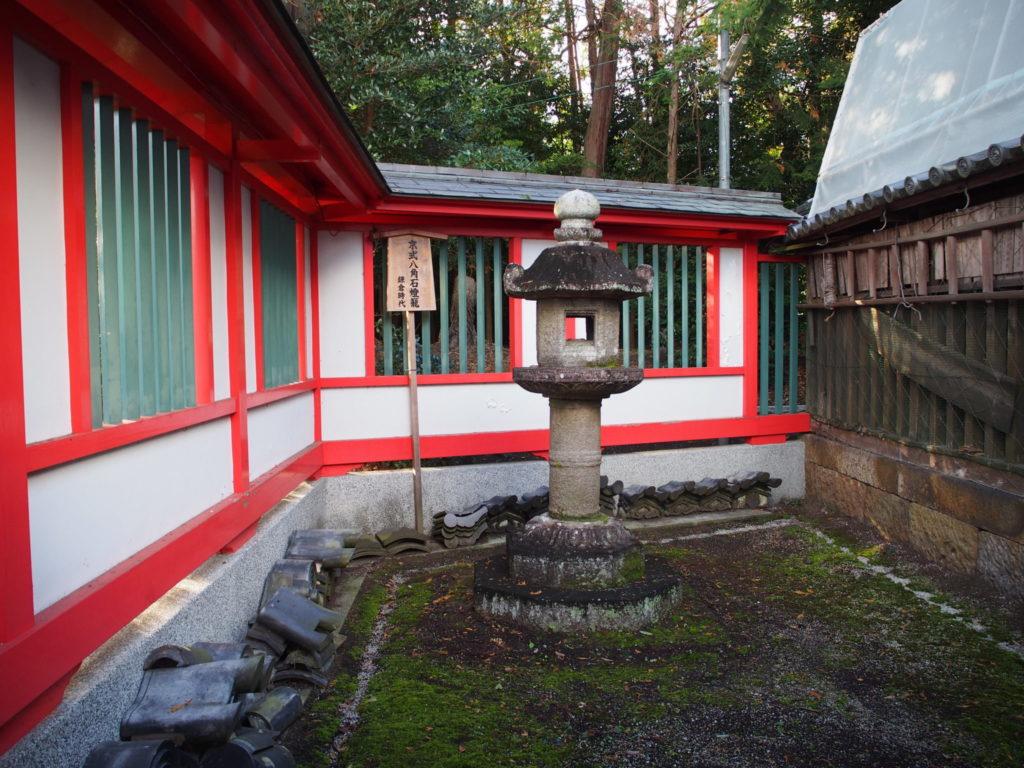 鎌倉時代に源義経によって奉納されたと伝えられる京式八角石灯篭