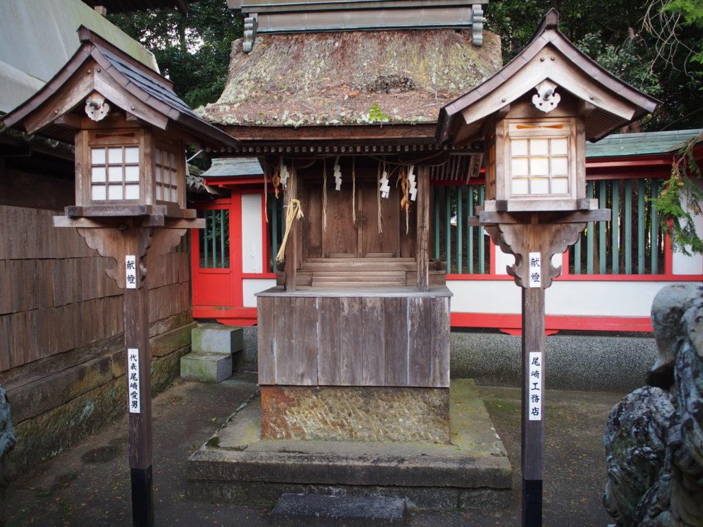 摂社の春日神社と木の灯篭