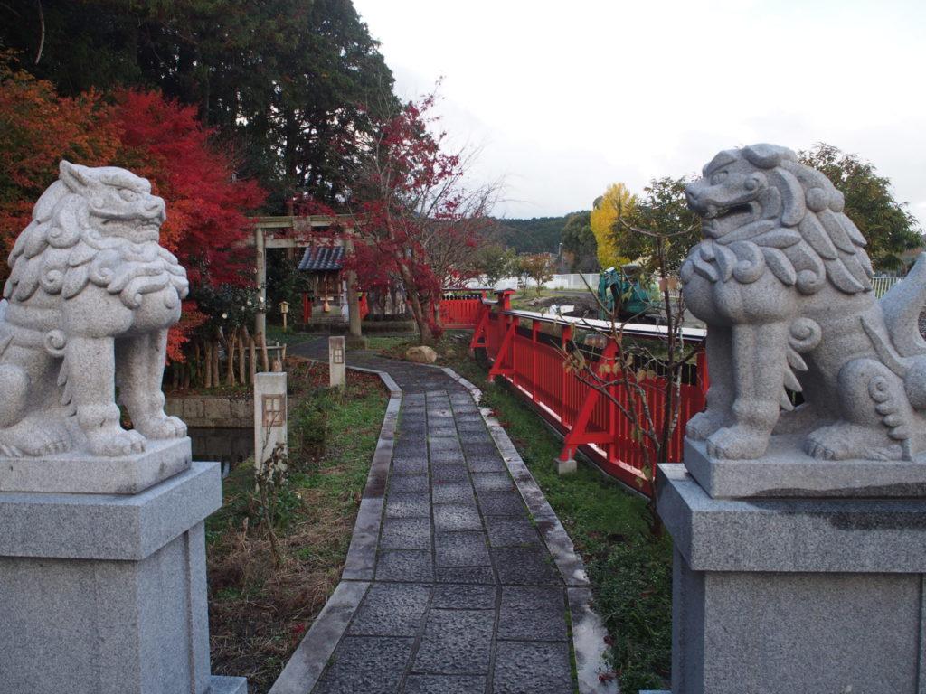 稗田阿礼社へ続く道の両脇の狛犬