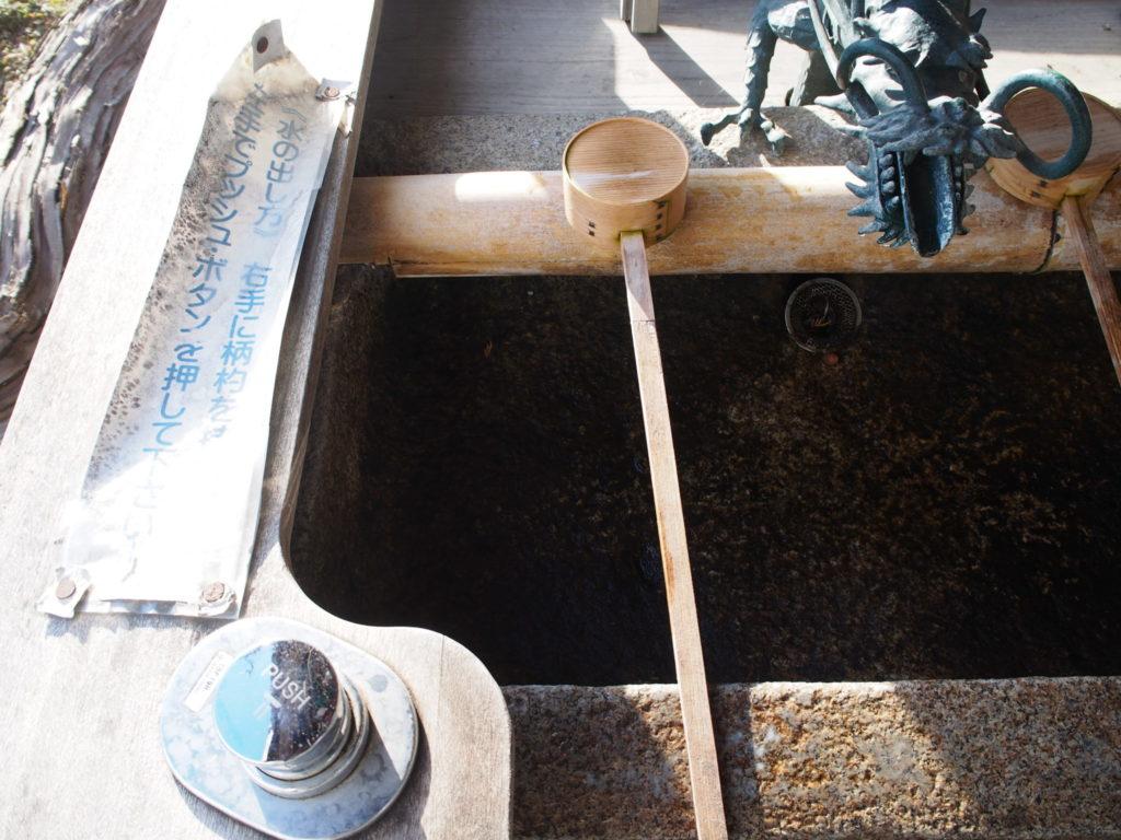 稗田野神社の手水舎には丁寧に水の出し方が書かれています
