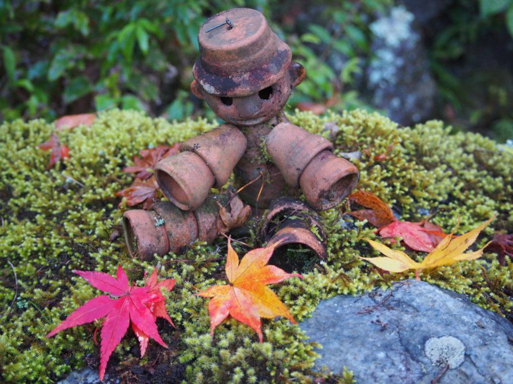 小さな陶器の植木鉢で造られた人形