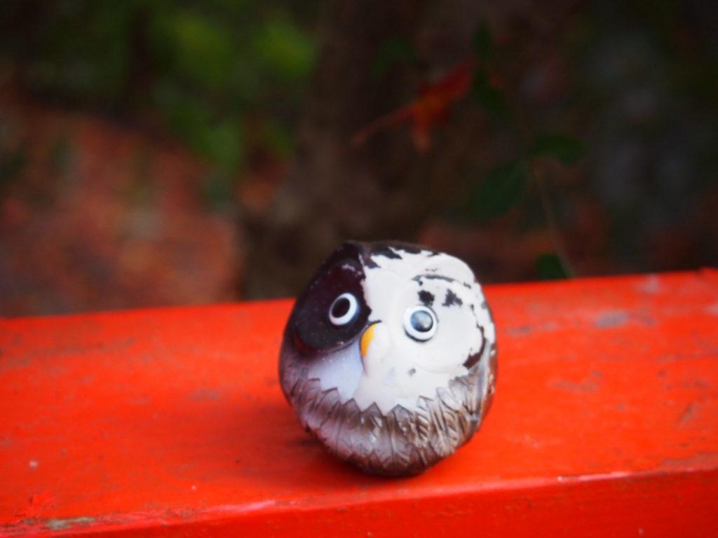 橋の上にとまって、帰っていく人のお見送りをしているフクロウさん