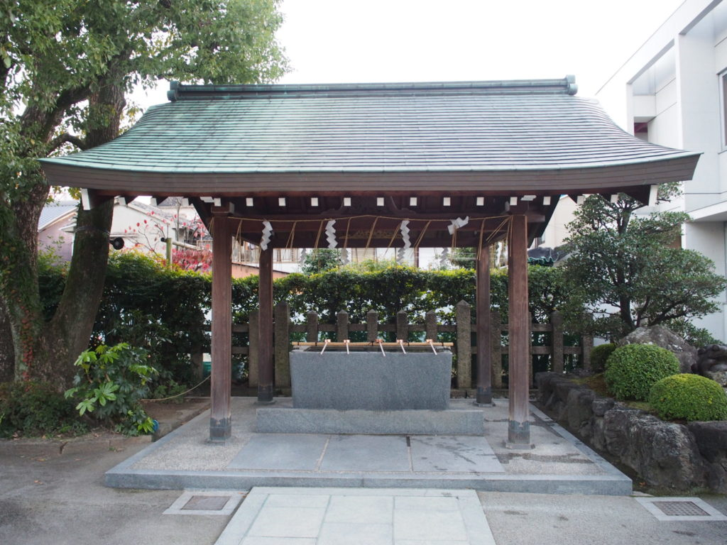 西院春日神社の手水舎の隣には、、、