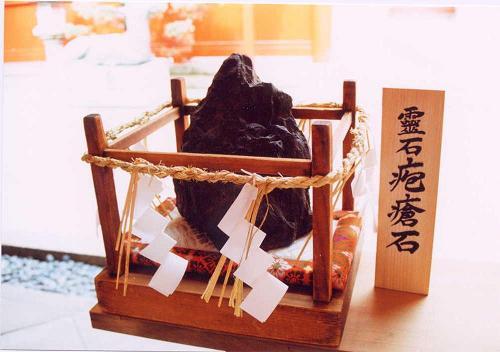 西院春日神社の霊石「疱瘡石 」