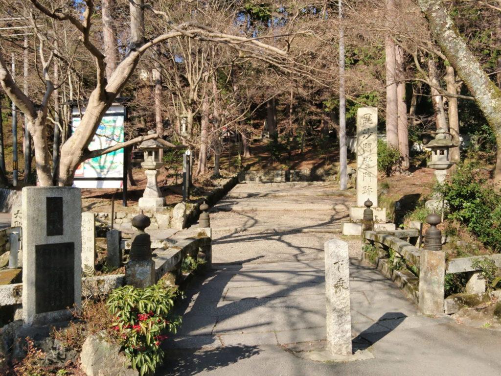 毘沙門堂入口の極楽浄土への橋「極楽橋」