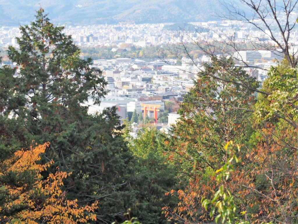 「伊勢神宮遥拝所」からみる京都市内と平安神宮の鳥居