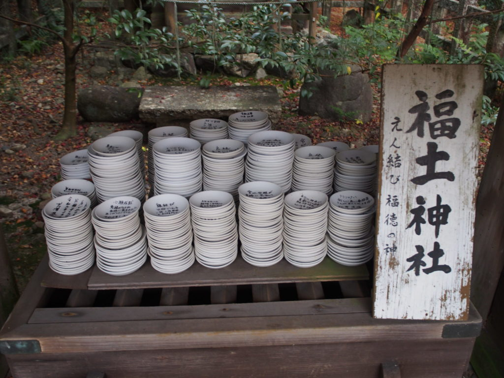 福士神社の神前に供えられた祈願土器の山