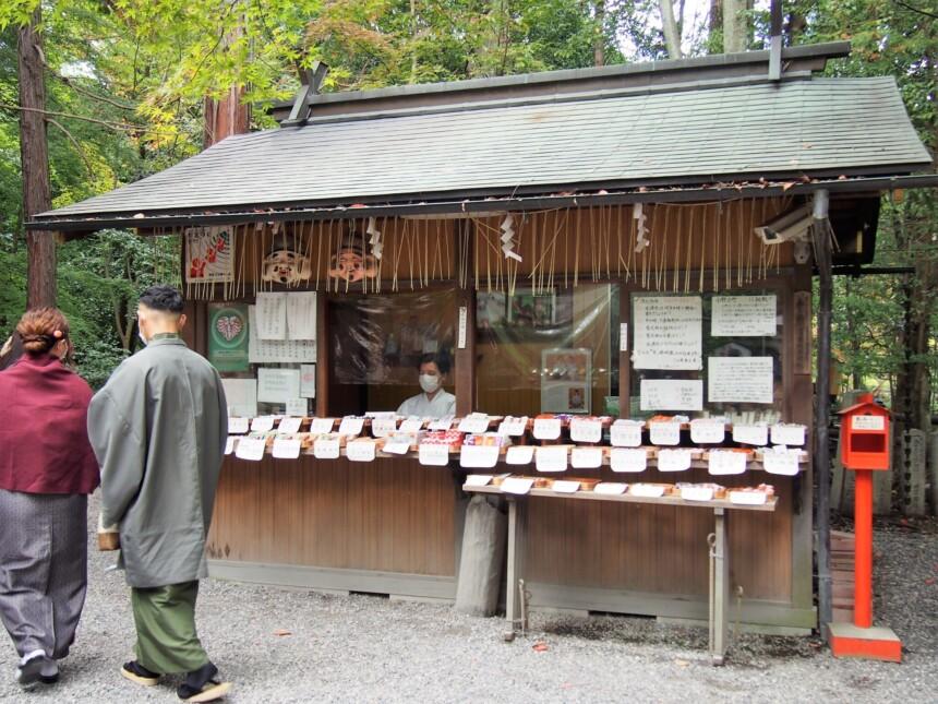 社務所横の赤いポストが野宮神社のおみくじ