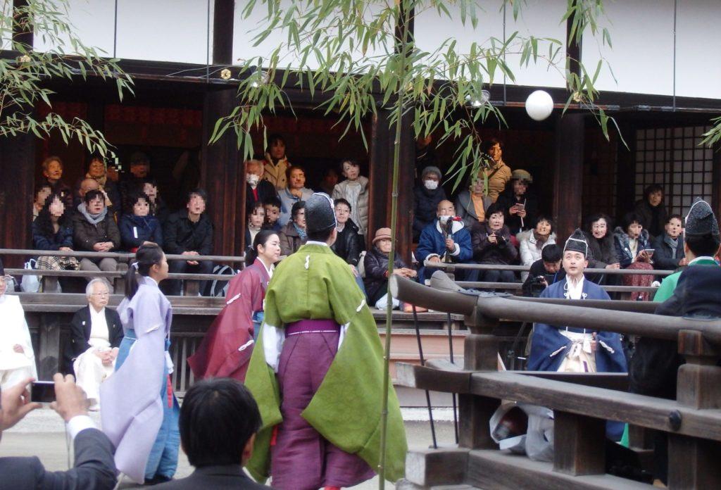 下鴨神社の蹴鞠の様子
