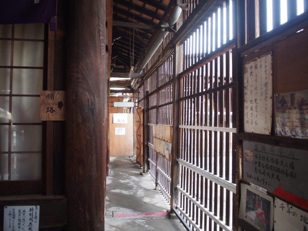 千本ゑんま堂の本堂の脇の通路
