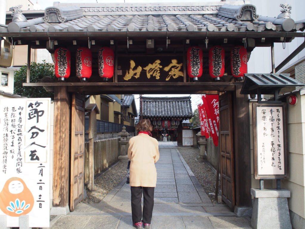 釘抜地蔵(石像寺)門前で拝むおばあちゃま