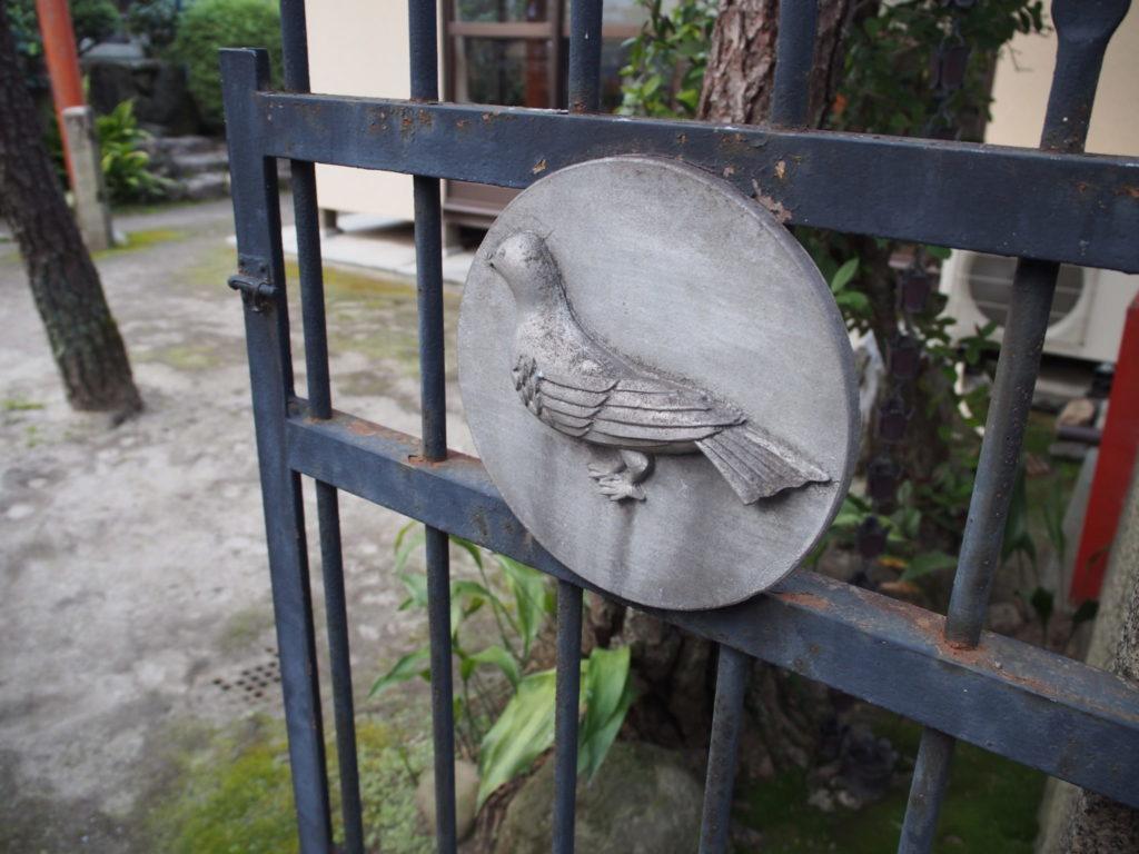 二の鳥居の先の鉄の扉に鳩