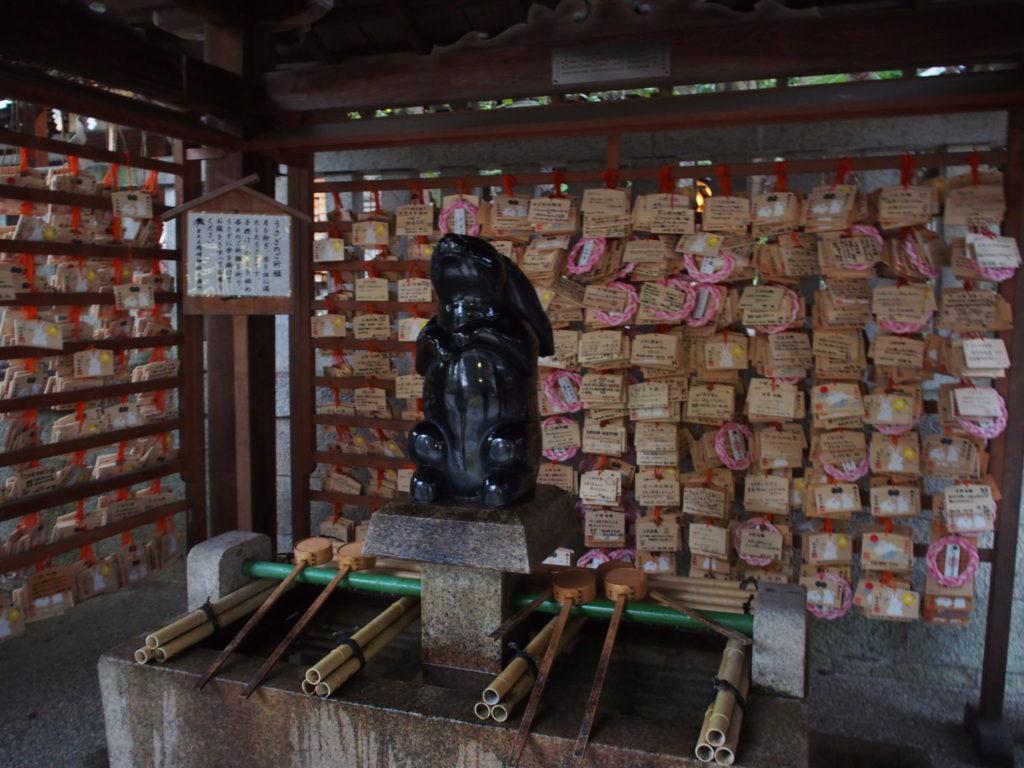 岡崎神社の手水舎の黒うさぎ