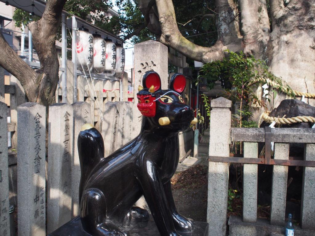 満足稲荷神社の鬼のお面を付けたコン吉
