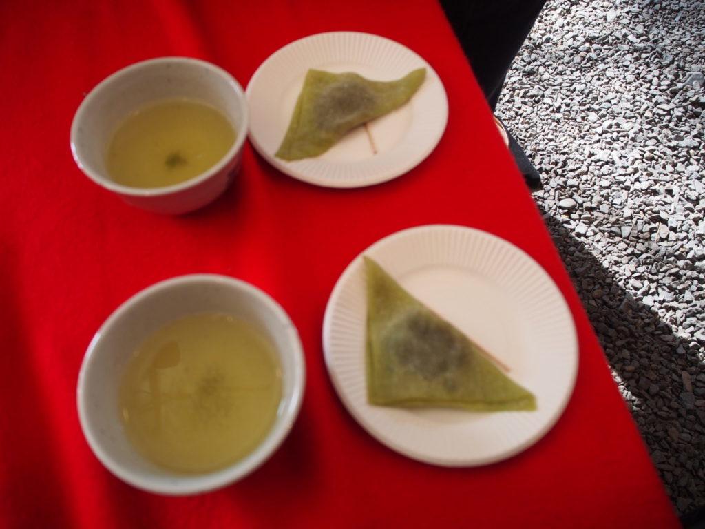 京都熊野神社でいただいた八つ橋とお茶