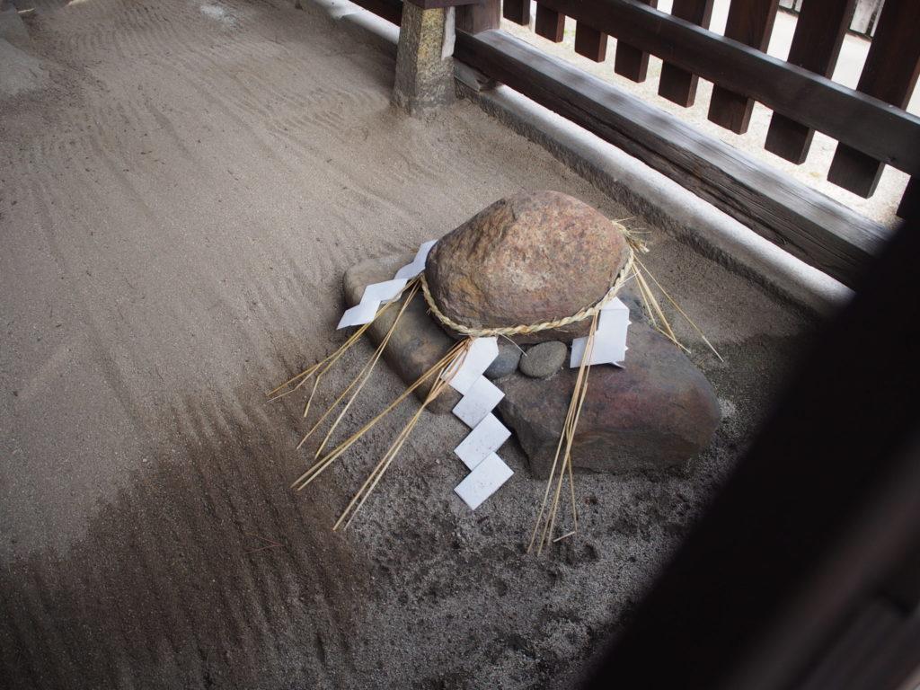 幸神社の拝殿内の祀られている石