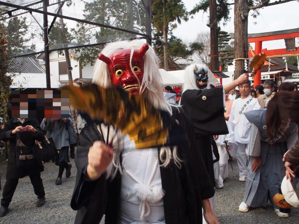 吉田神社で赤鬼さんに扇子でパタパタしてもらいました!