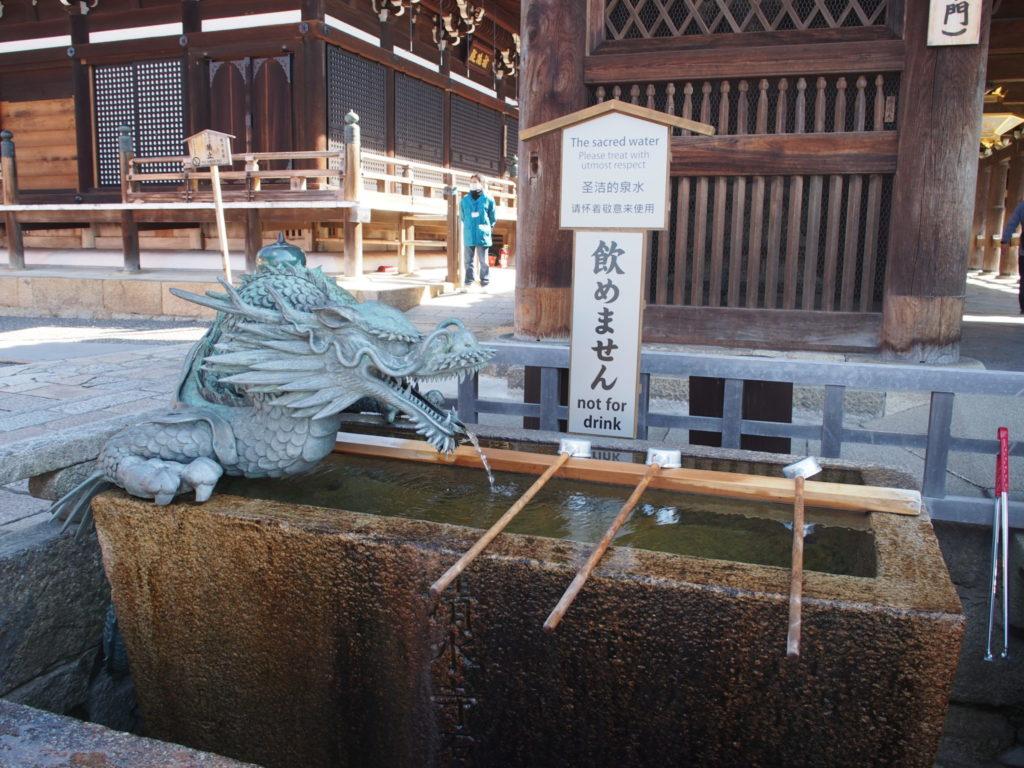 清水寺のご本堂の龍の手水舎