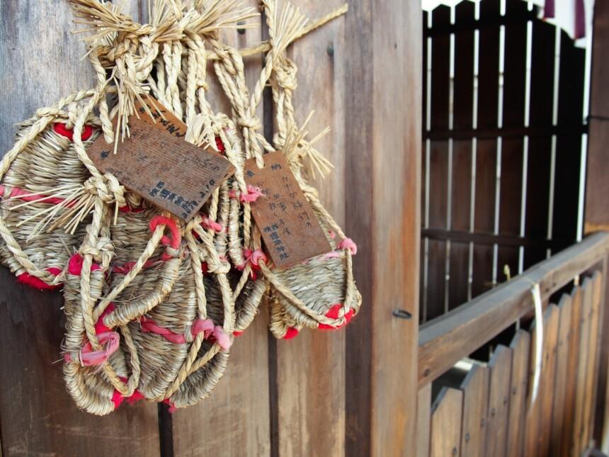 還来神社には旅行の安全を願いわらじが奉納されている