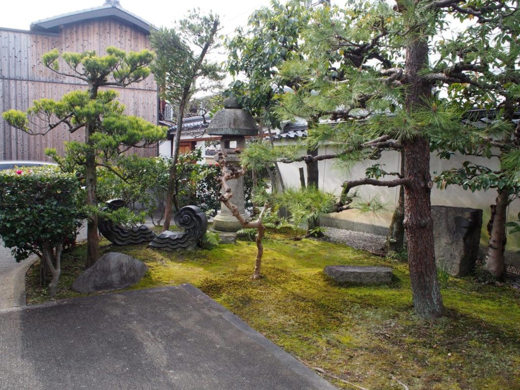 新徳寺の手入れが行き届いたお庭