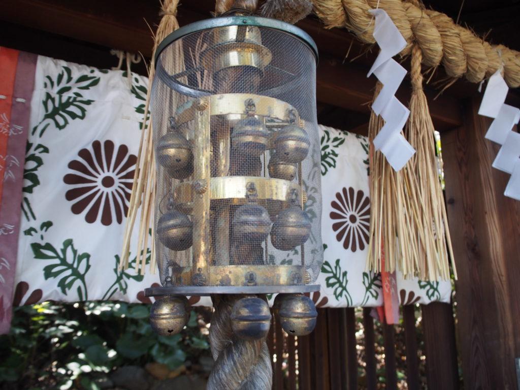 新熊野神社の樟社の拝殿の鈴