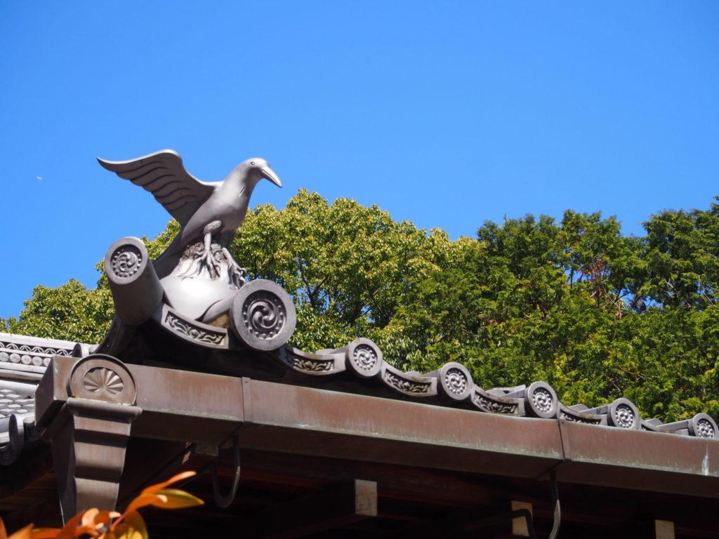 新熊野神社の屋根の上の阿吽の八咫烏「吽」担当