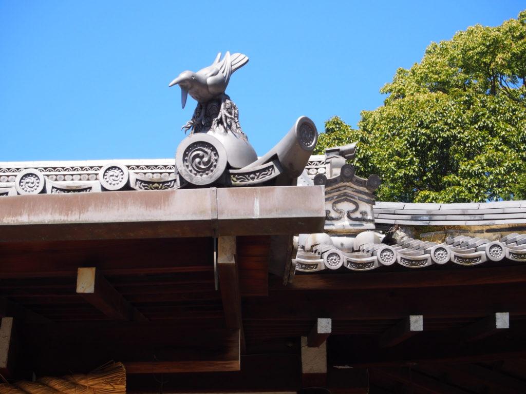 新熊野神社の屋根の上の阿吽の八咫烏「阿」担当