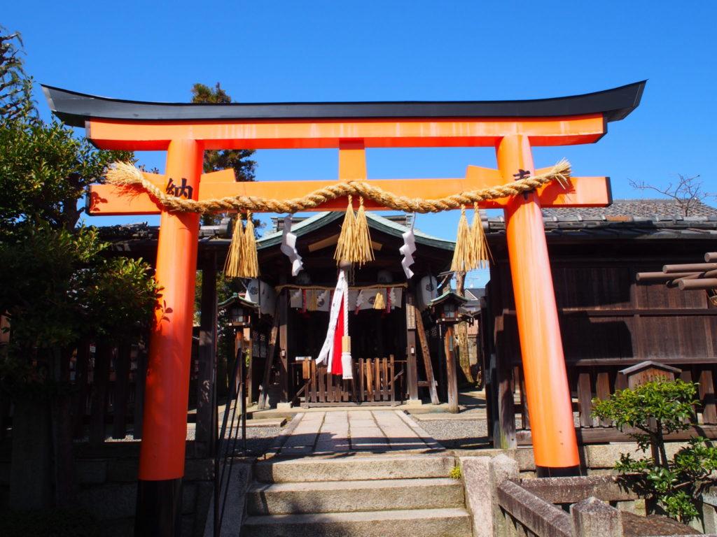 剣神社の鳥居の手前から見た拝殿