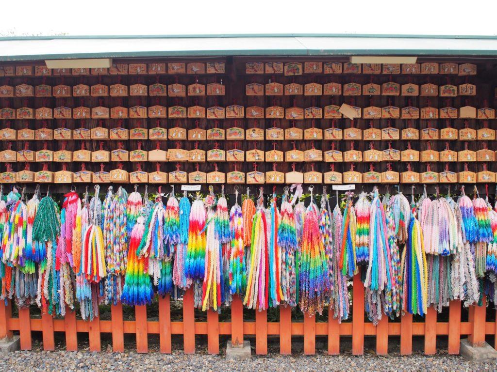東丸神社に奉納された絵馬と千羽鶴