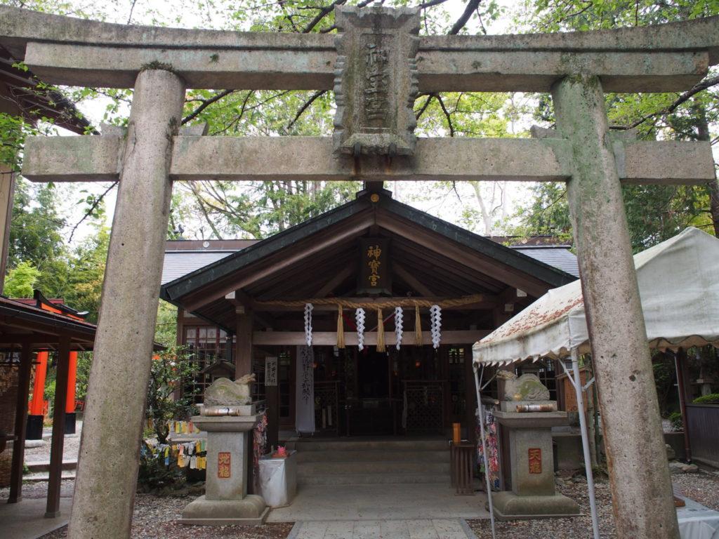 伏見神宝神社の鳥居と拝殿
