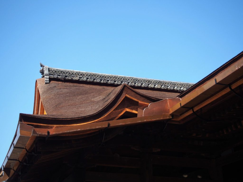 檜皮葺き替え工事が完了した清水寺の屋根