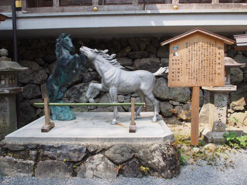絵馬発祥の社の馬像