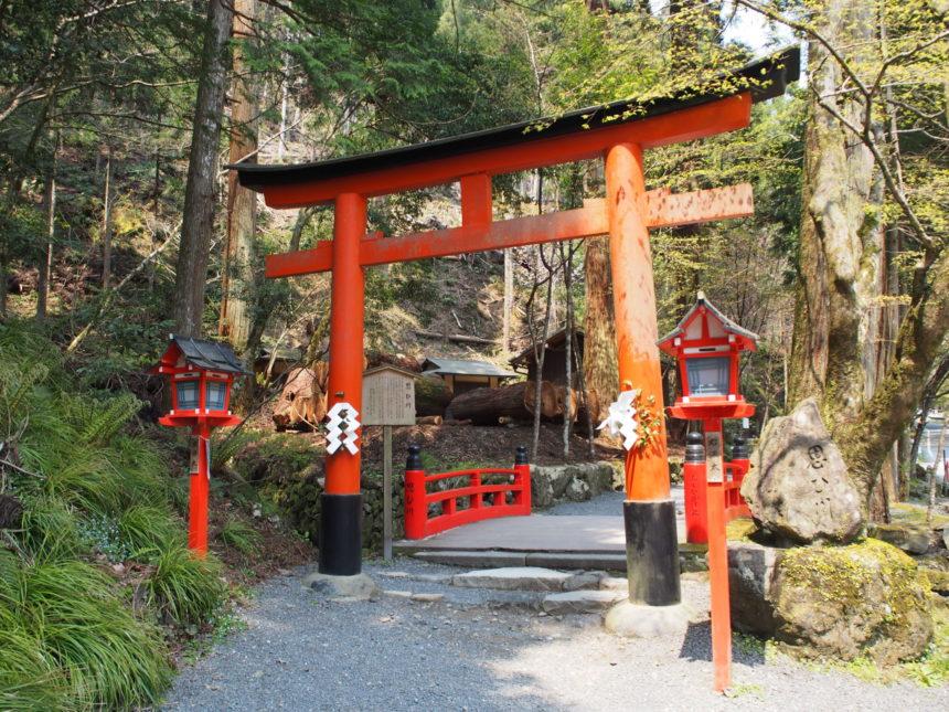 奥宮へ参道の入り口の鳥居と思ひ川橋