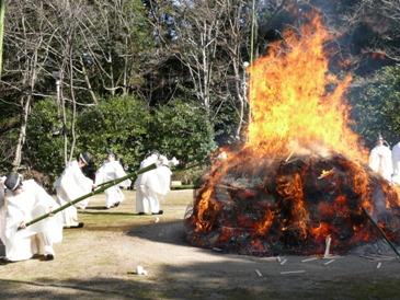 厄除け大祭最終日の焼納神事の様子